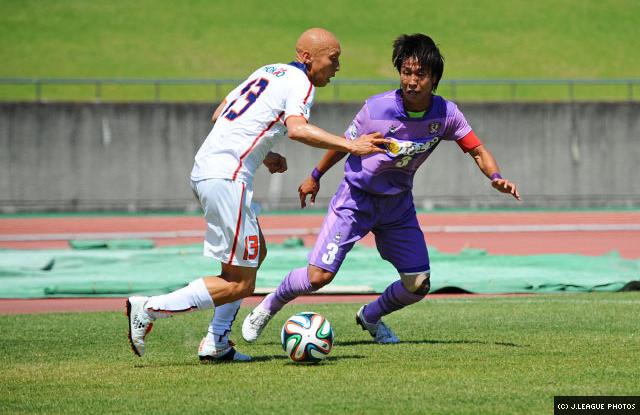 Hiroki Narabayashi trying to close down his man.