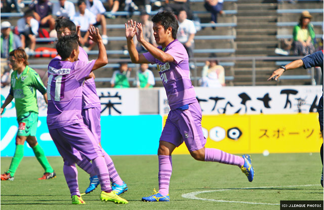 Yuta Kutsukake celebrating his goal.