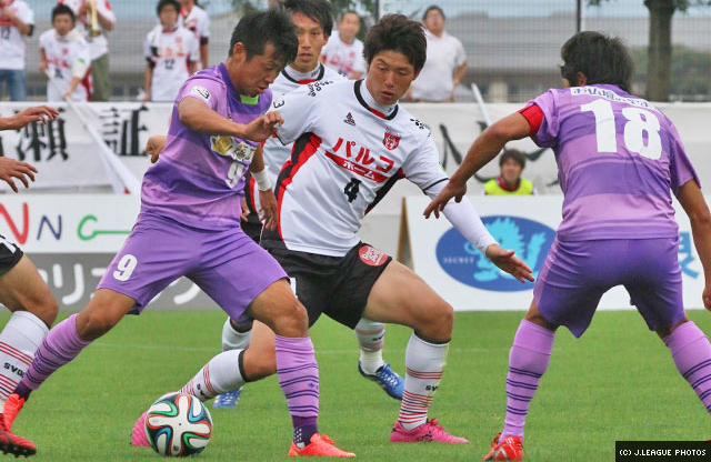 Yuske Ishii shields the ball